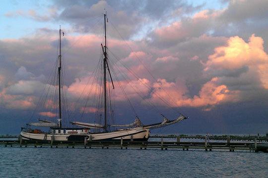 Schuttevaer in de haven met mooie wolken luchten