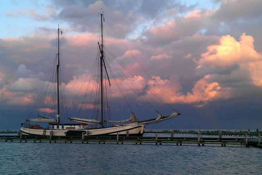 Wolkenluchten boven het IJsselmeer